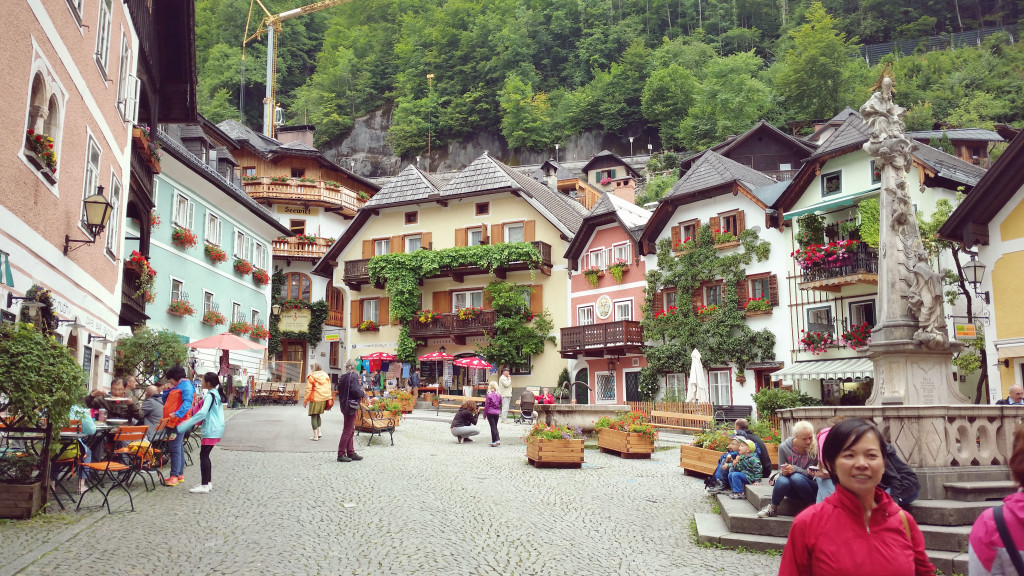 Hallstatt tourists