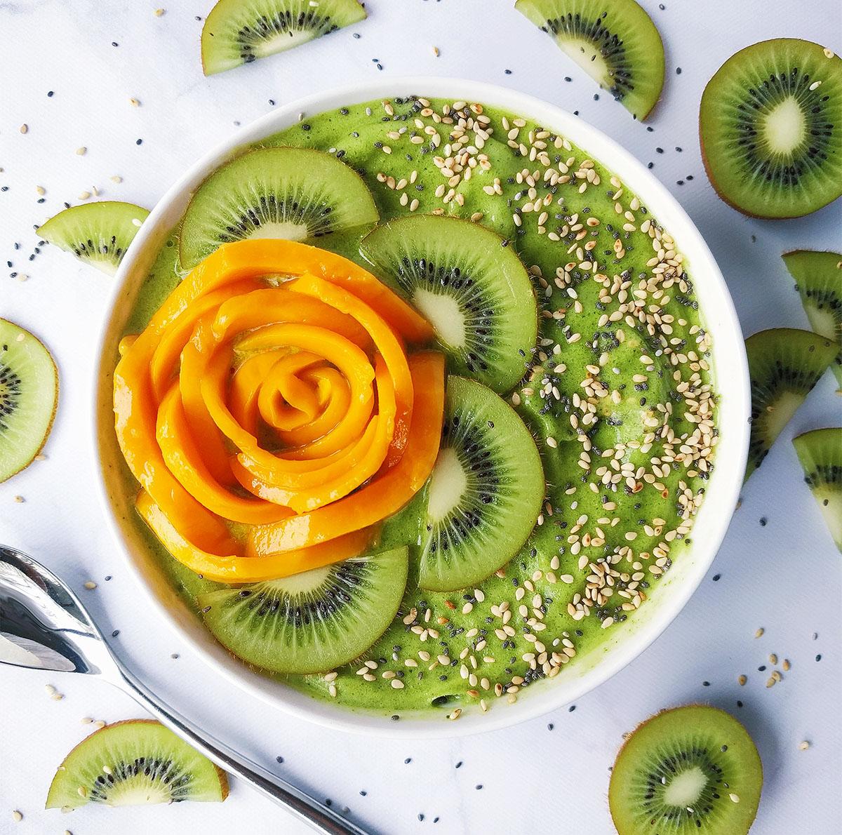 kiwi mango smoothie bowl