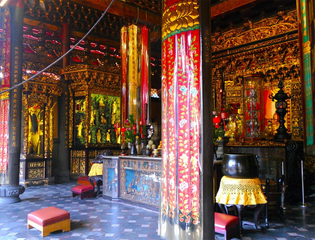 Lungshan Temple pray