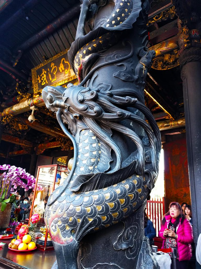 lungshan temple pillars